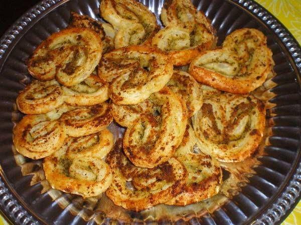 Vlindervormige koekjes met hartige vulling. Je kunt de palmiers enkele dagen van tevoren bakken als je ze in een goedgesloten trommel bewaart.