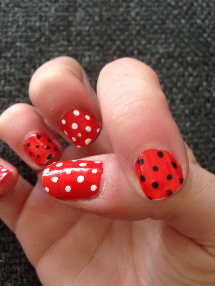 Rood met witte/zwarte nagels