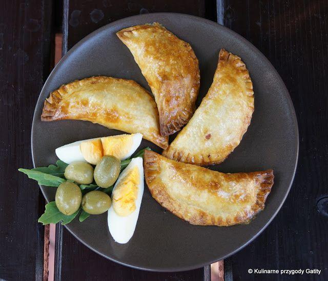 """Prawie każda kuchnia świata ma swój sposób na pierogi. W Hiszpanii najbardziej popularne są empanadillas nadziewane tuńczykiem i pomidorami oraz te z duszonymi warzywami i tuńczykiem. Empanadillas można robić na 2 sposoby: smażyć w głębokim tłuszczu lub upiec w piekarniku. Przepis prosto z bloga """"Kulinarne przygody Gatity"""" ."""