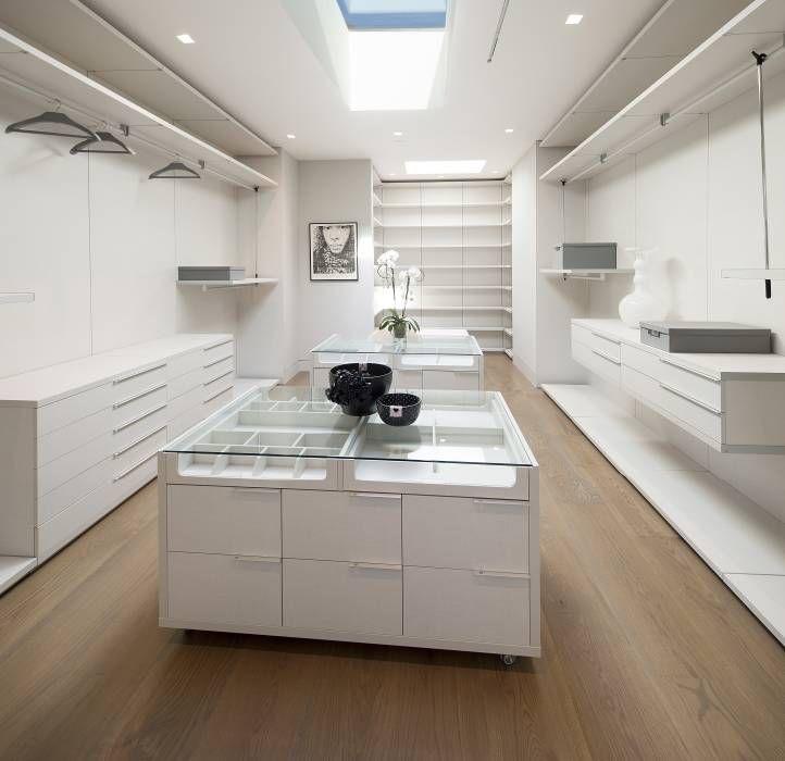 moderne Kleedkamer door McClean Design