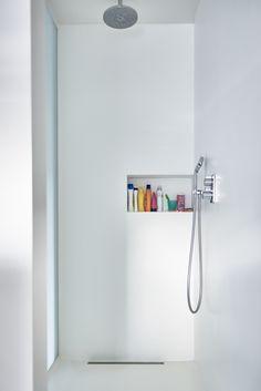 Witte PU gietvloer in douche alsook op de wanden. Geen voegen! Super eenvoudig…
