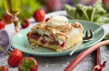 Glæd jer til rabarber-jordbær-tillægget, der følger med denne uges Familie Journal! Rabarberkage er en herlig sommerdessert. Her får I en lækker smagsprøve på rabarberkage...