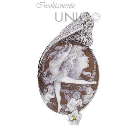 Ciondolo in oro bianco con Cammeo Sardonico. Acquistabile online: bit.ly/1o6Sm7Q  #gioielleriacosentino #handmade #handmadejewelry #fattoamano #gioielli #ciondolo #gioielliartigianali #unico