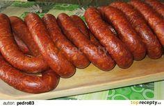 """Čabajská klobása - """"Csabai kolbász""""                                                Mäso zomelieme na kotúči s veľkými otvormi do vhodnej nádoby - koryta. Pommleté koreniny, prelisovaný cesnak, soľ, sanitru, práškový cukor..."""