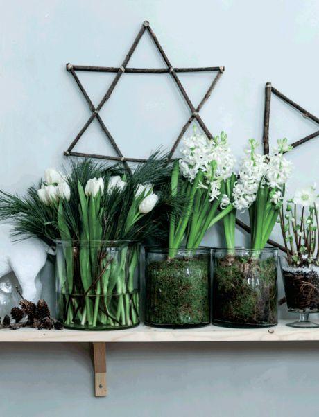 Skab julestemning i dit hjem med nemme og dekorative opstillinger i vindueskarmen, på kommoden, på bordet – eller hvor du synes, julen skal flytte ind. Kombinér din yndlingsjulepynt med hverdagens accessories, og fyld på med blomster, planter og masser af levende lys.