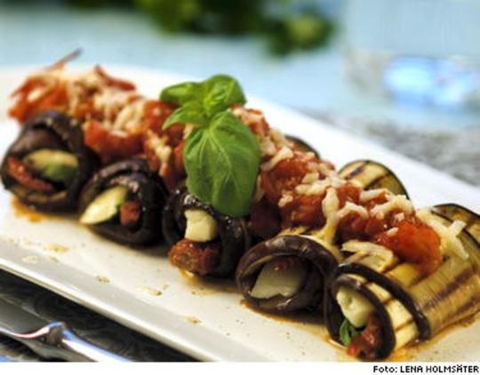 Auberginerullar med halloumi och tomatsås | Smalmat