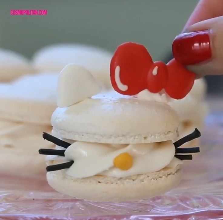 Hello Kitty macarons (^∇^)