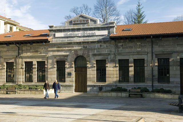 Situada en las antiguas escuelas públicas de la Plaza de San Juan, la Casa de Cultura, o más conocida como Kultur Etxea,