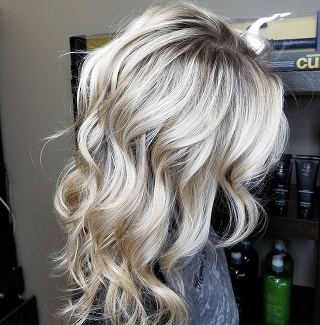 Icy rootyblonde! We did babylights with @oligopro creme lightener with 20 volume developer. She was already very light but not icy like she wanted so I balayaged her midshaft and ends for 20 min with Oligo Blacklight Balayage clay lightener and 20 volume and olaplex to brighten up old blonde. Toned with Oligo blue shampoo