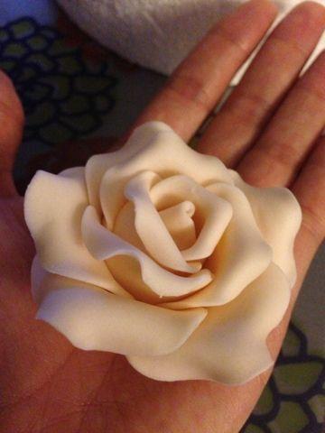 Hola de nuevo!!   Esta vez no es una receta, hoy toca un paso a paso.   Hace tiempo que quería enseñaros como hago las rosas de fondan...