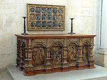 SAINTE CHAPELLE DE PARIS: à partir de 1524, l'Eucharistie est célébrée sur ce maître-autel en bois doré (aujourd'hui au chateau d'ECOUEN)- CHAPELLE, CEINTURE DE LA GRANDE CHÂSSE DE LA SAINT CHAPELLE, 1: 1524, bois peint et doré, h 101,5 cm, L:222 cm, l: 131,1 cm. Ecouen, musée national de la Renaissance E.CL.19790. L'œuvre placée au niveau de l'autel dans la chapelle du musée est un quadrilatère formé de 4 panneaux de bois sculpté.