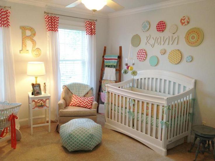 Interieur: Kinderzimmer Ideen gemischt mit weißen hölzernen Babybettwäsche auch gelb Schatten Tischlampe auf kleinen weißen Holztisch plus Creme Stoff Polster Sof …