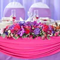 Цветочная композиция на стол молодоженов из гортензии, орхидей Ванда, орхидей Фаленопсис, лизиантусов, роз, гвоздик.