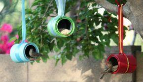 Aus alten Dosen Vogelfutterhäuschen machen. So einfach macht man schöne und günstige Gartendeko selber. Noch mehr Ideen gibt es auf www.Spaaz.de