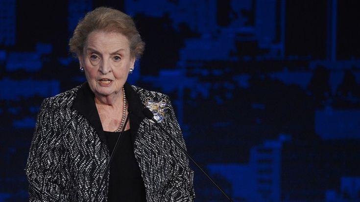 """Die erste US-Außenministerin Madeleine Albright hat sich aus Protest gegen die Verschärfung der Migrationsgesetzgebung bereit erklärt, den islamischen Glauben anzunehmen. Darüber schrieb sie auf ihrem persönlichen Twitter-Account: """"Ich wurde katholisch erzogen, trat in die Episkopalkirche ein und stellte später fest, dass meine Familie jüdisch ist. Ich bin bereit, mich aus Solidarität als Muslimin einzutragen. Amerika muss gegenüber Menschen aller Religionen und Hintergründe offen bleib..."""