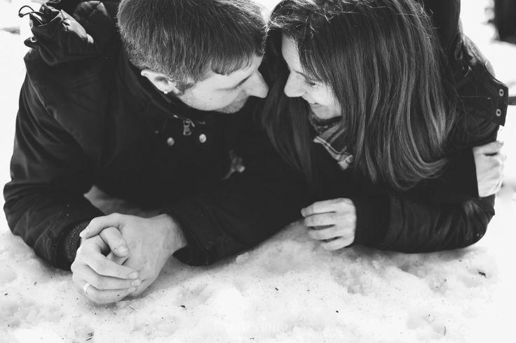 Me encanta cuando mis #parejasmonamour se olvidan de mí y de lo que les rodea (por ejemplo el frío y el hecho de estar tumbados sobre la nieve xD) y me regalan fotos tan bonitas como esta ❤️ Hace unos días os conté (y enseñé por stories) que había estado de preboda en la nieve con A
