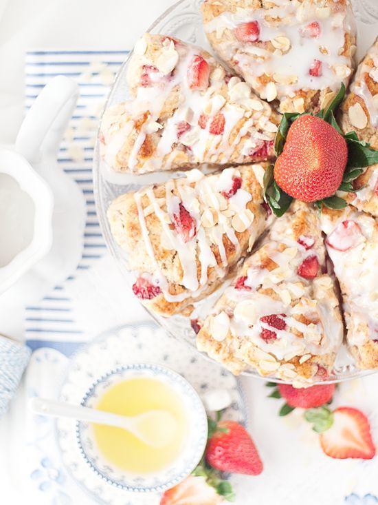Deliciosos scones con fresas, un famoso postre inglés típico del té de las cinco y que no puede faltar en las más famosas cafeterías londinenses