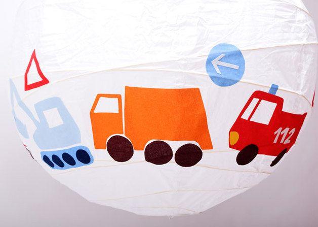 Coole Papierballonlampe mit Feuerwehr, Müllauto, Bagger, Lokomotive, Rennauto, Motorrad, Traktor und Verkehrsschildern für das Kinderzimmer. Die Stoffmotive wurden alle liebevoll mit der Hand...