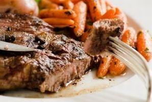 Karkówka z warzywami / Pork with vegetables - aromatyczne kotlety z karkówki zapiekane z marchewką, papryką, ziemniakami i cebulą