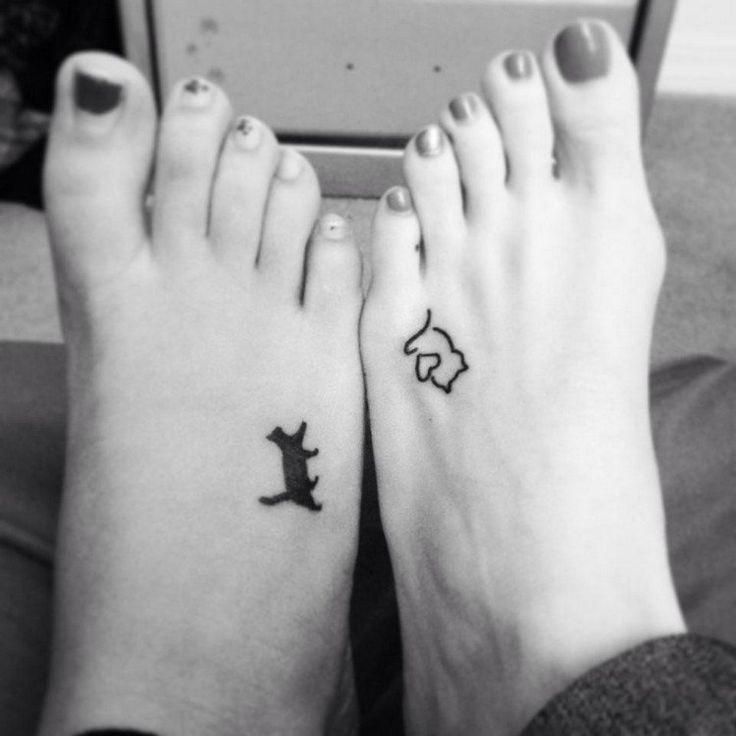 tatouage chat noir et chat stylisé avec coeur sur le pied - petit tattoo