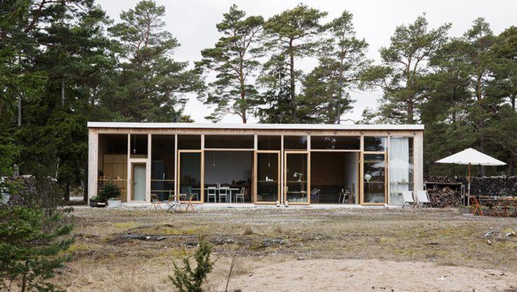 Det här har utsetts till ett av världens vackraste sommarställen. Vid havskanten på Gotland ligger detta unika, arkitektritade hus. Stora glasdörrar mot havet gör det till ett riktigt drömboende!