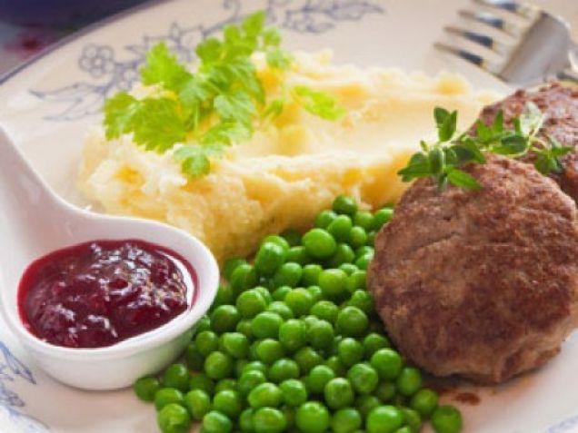 Wallenbergare är en klassisk maträtt som många älskar. Kalvfärs, vispgrädde, ärtor, lingon – svensk husmanskost med guldkant!