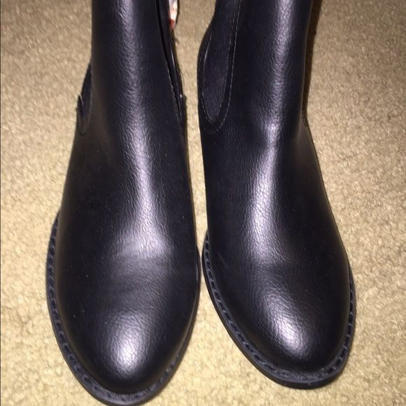 Old navy ankle boot Size 8 brand new w tag I wear 7.5 and it's fit me Old Navy Shoes Ankle Boots & Booties