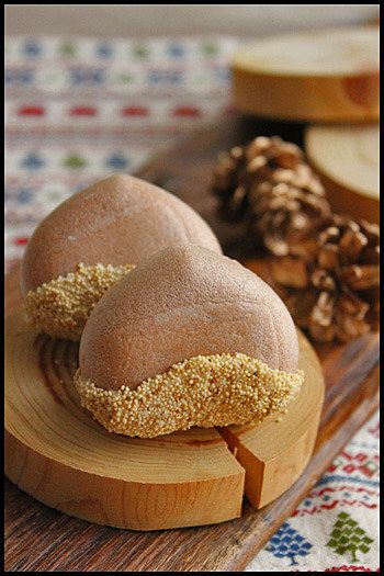 モナカはもち米の粉から作られた餅菓子の一種です。皮の方が先に作られるようになり、現在のようにモナカの皮の中にアンコを詰めるようになったのは江戸時代の頃だそうです。ある時月見の宴で丸くて白い餅菓子が出されました。それを見た公家たちがもなかの月という和歌を話題にした事が名前の由来と言われています。ロマンチックな由来ですね!