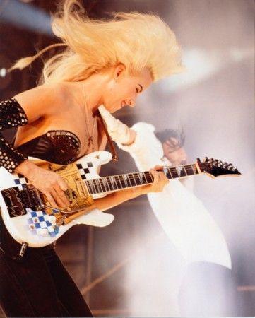 Jennifer Batten - Female #guitar player.      http://www.guitar-classroom.com