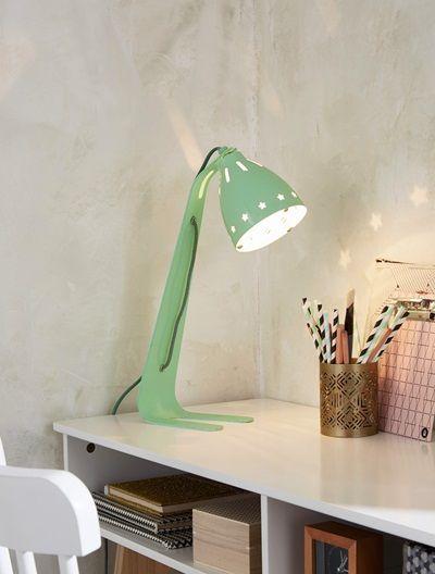 Un petit look rétro bien comme il faut pour cette lampe de bureau en métal. Elle est parfaite pour apporter une touche vintage à la déco !DIMENSIONS : Haut. 39 cm Lampe en métal mat. Plastique transparent pour protéger l'ampoule. Patins en silicone en dessous. Interrupteur sur cable et transformateur.  CE QU'IL FAUT SAVOIR : Ampoule G4/20 watt non fournie.Ce luminaire est compatible avec des ampoules de classe énergétiques : A, B, C, D, E;