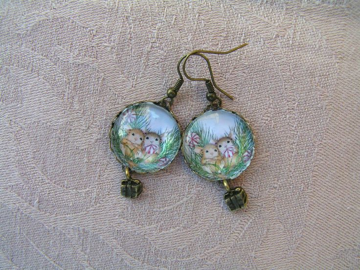 Small Christmas Mice earrings  --    Bronze earring with a very small gift box hanger. The pendant diameter is 20 mm
