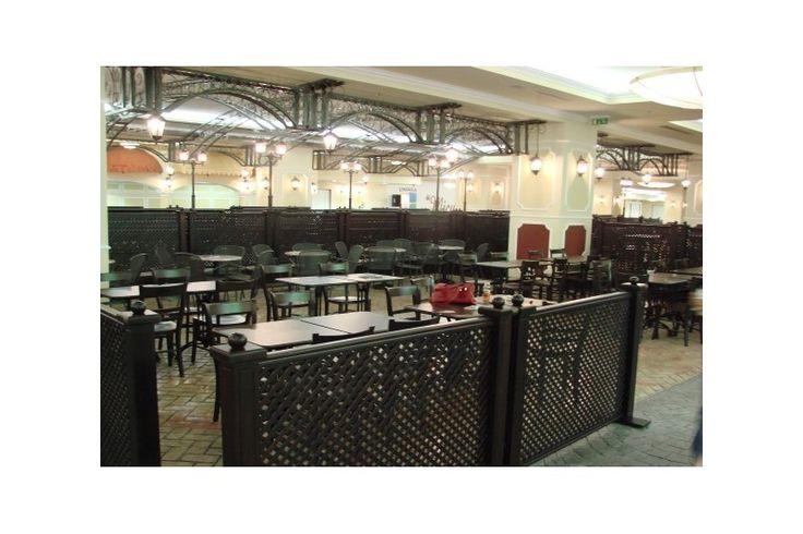 Cu un aer interbelic, constructiile si elementele ambientale ce integreaza diferitele restaurante ale Food Court-ului Unirea Shopping Center, sunt completate de corpuri de iluminate speciale, realizate prin comanda de catre echipa Atas, in Istanbul, conform cerintelor si indicatiilor arhitectului.