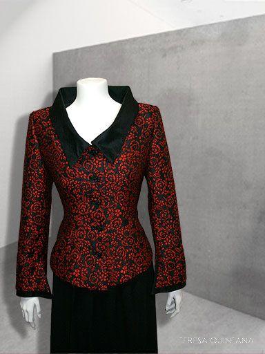 Chaqueta en brocado negro con contraste en rojo. Cuello de tira ancho en raso negro.