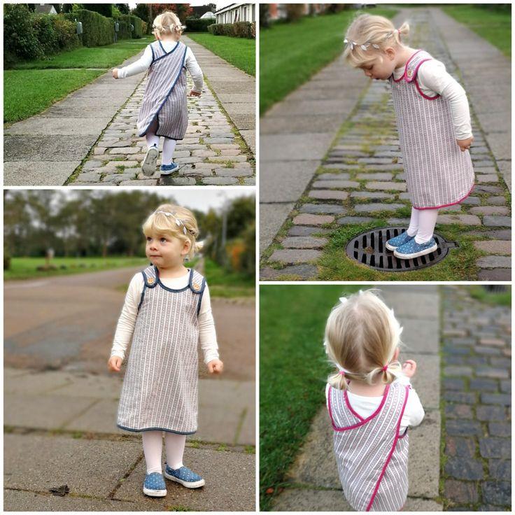 """""""Ida"""" Forklædekjole i tynd bomuld. Kan både bruges som forklæde, kjole og tunika når de små skyder i vejret. Vælg mellem pink eller petrolblå bånd. Begrænset antal #løvenhardtcopenhagen #lovenhardt #Ida #minimodel #kjoler #klänning #dresses #børnetøj #kidswear #barnkläder #danskdesign #egetdesign #handmade"""