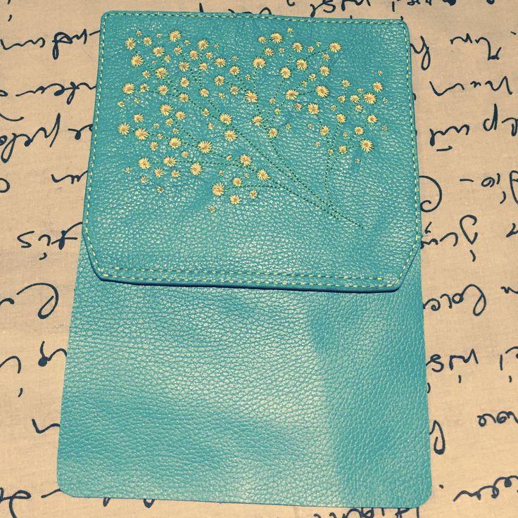 В своем мастер-классе я расскажу, как сшила эту бирюзовую сумку. Для работы мне понадобились: бирюзовая кожа (флотер), пробойники с шагом 5 мм, краска для торцов кожи и деревянные шпажки для ее нанесения, разметчик для кожи, шила с иглой потолще и потоньше, ткань для подкладки (у меня это атлас с черными бархатными цветами), люверсы на винтиках, галантерейная цепочка, замочек, капроновые нитки