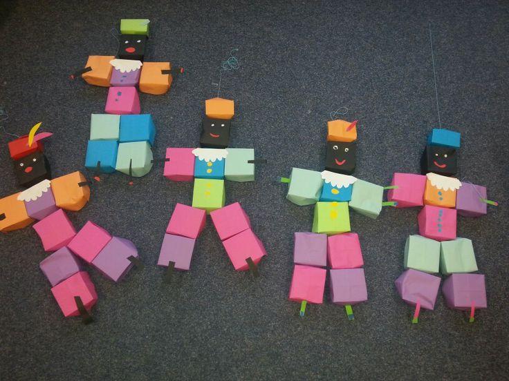 Pietjes gemaakt van zelfgevouwen doosjes