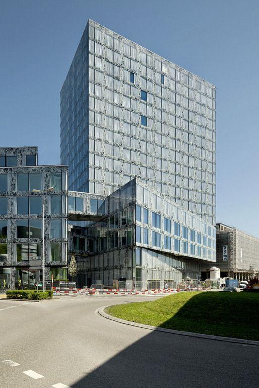 Una serigrafiado detrás del cristal cubre la zona de forjados y tabiquerías. Allreal Generalunternehmung AG, Allianz Suisse, Wiel aretz