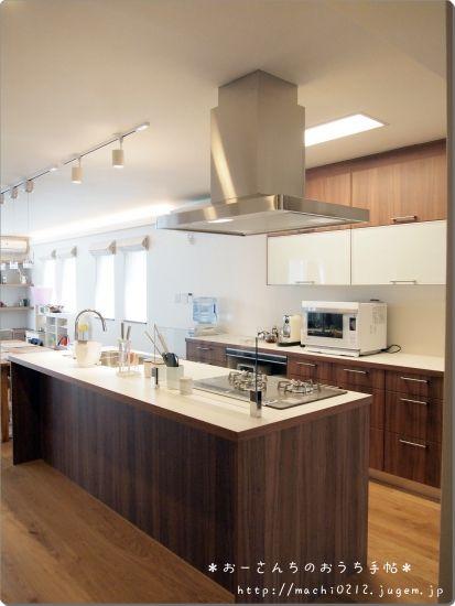 今日は我が家の心臓部リビングにあるキッチンをご紹介します。いろいろ写真を探してみたのですが・・・。家電なしキッチンの写真がない~!施工中でまわりがぐちゃぐちゃなものとかしかない~!生活感漂っていますがどうかゆるしてください・・・。それではい