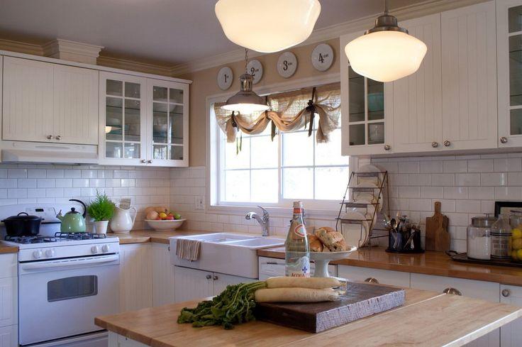 Выбрав короткие шторы на кухню, вы позаботитесь не только о красоте, но и об опрятности помещения. Они создают настроение и служат украшением.