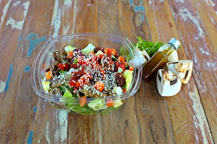 Halkovouni is an ideal choice from the FnF menu by Lemonis bakery: mixed greens with zucchini, mushrooms, carrots, roasted peppers, sundried tomatoes, sesame seeds and a lemon vinaigrette. #FnF #fresh_natural_fit