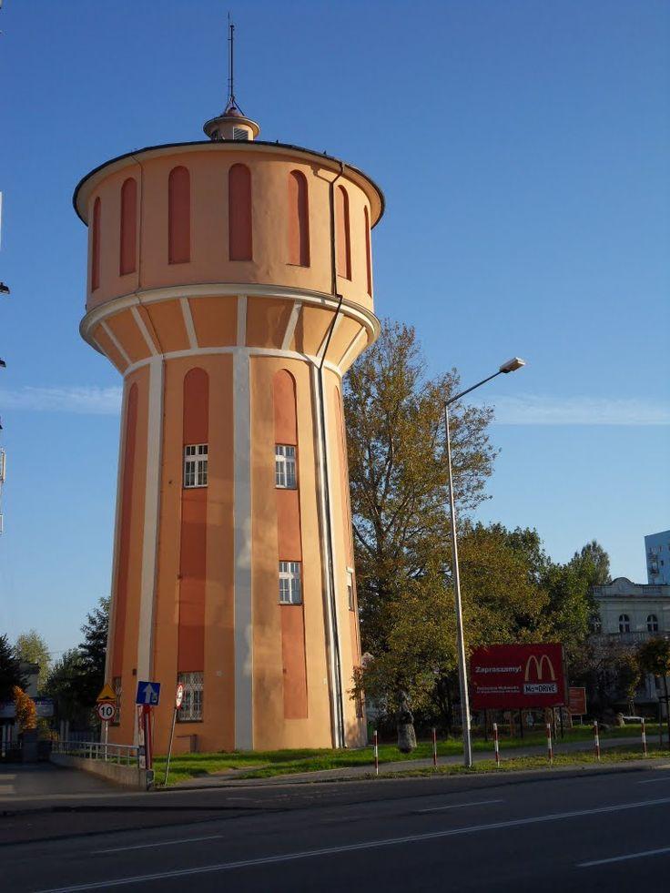 """Miejska wieża ciśnień w Kaliszu wybudowana w 1935 r. W latach 80. XX w. budynek został zaadoptowany dla nowych potrzeb – utworzono w nim Ośrodek Kultury Plastycznej wraz z kawiarnią i galerią """"Wieża ciśnień""""."""