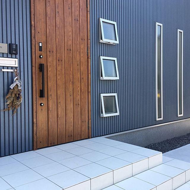 女性で、3LDKの外壁/サイディング/ニチハ/スワッグ/ジエスタ/リクシルドア…などについてのインテリア実例を紹介。「我が家の外壁はガルバではなく、ニチハのサイティングです◎ 予算上ガルバは諦めましたが、お気に入り♬ カワジュンの傘かけは普段はスワッグをかけてます♡」(この写真は 2017-04-08 23:12:35 に共有されました)