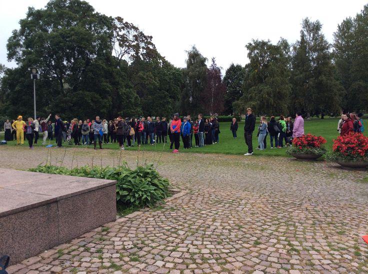 Päivä alkoi yhteisellä aloituksella Fellmannin puistossa.