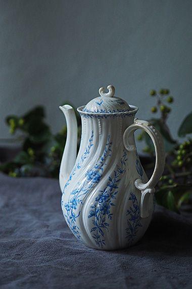 一斉、青いお花が風に乗り-french porcelain tea pot サルグミンヌ窯 1860年〜1919年のポーセリンマーク。捻りを加えたエレガントなフォルムは同窯ルイ15世シリーズと呼ばれるお品、転写した青い野花がポエティックに全体を彩る4〜5人様用のティーポット。内部注ぎ口に漉し穴が数カ所空いており、フル活用出来そう。ニュウに入った茶滲みが御座いますが、表面にひびく大きなダメージ、欠けは御座いません。