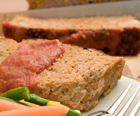 Il polpettone di pollo è una sfiziosa variante della ricetta tradizionale, preparata con macinato di pollo e mortadella.