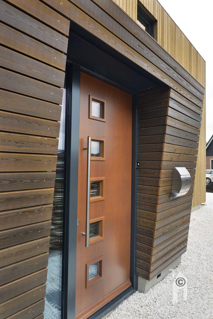 Modern ecologisch biobased woning. De woning bestaat voor 50% uit hout.  De woning heeft terugkomende daklijnen, de schuine verdiepingsvloer zijn mooie voorbeelden. Verstopte hemelwateropvang, PV-cellen op het dak. Er is een heel origineel vormenspel gerealiseerd, met twee tinten Siberische larix stroken als muurbekleding, deels van wax voorzien en deels met donkere beits. De combinatie van hout en stucwerk is een grote kwaliteit van dit huis in Houtskeletbouw.
