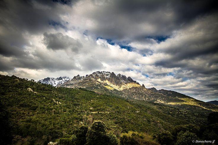 Massif du Monte Cintu (Monte Cinto) - la Cima a i Mori (2 180 m).(Monte Traunato).Les aiguilles de Popolasca (E Penne Rosse ou E Ròsule) sont un ensemble montagneux du massif du Monte Cinto situé dans le département de la Haute-Corse sur les communes de Castiglione, Popolasca, Moltifao, Asco et Corscia, culminant à 2 180 mètres d'altitude à la Cima à i Mori (anciennement Monte Traunato). Il domine directement les pieves de Giovellina à l'est et de Caccia au nord et à l'ouest.