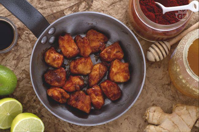 Il pollo alla salsa di soia è un secondo piatto facile: saporito, speziato e dal gusto agrodolce, marinato con paprika, zenzero e miele.