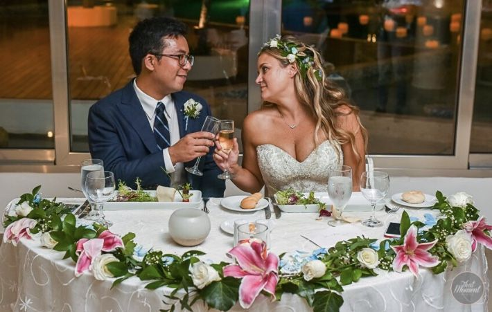 CBC393 wedding Riviera Maya sweet heart table with pink and white flowers garland / centro mesa mesa novios con flores rosas y blancas