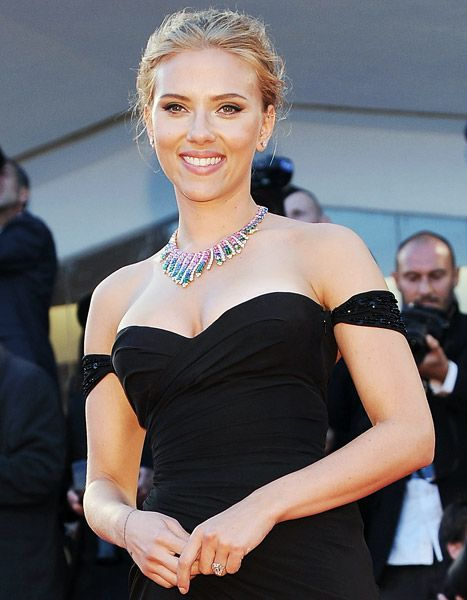 Scarlett Johansson will be walking down the aisle again! She's engaged to French journalist Romain Dauriac. Check out that ring!